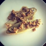 Запеченный салатный цикорий (эндивий) с соусом из грецкого ореха