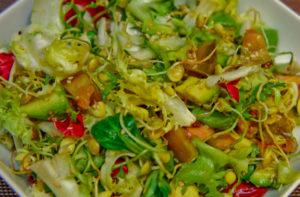 Салат из овощей с ростками маша