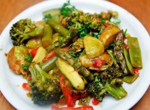 Блюдо из овощей в азиатском стиле