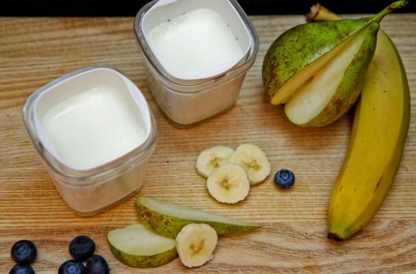 Фрукты и продукт из молока