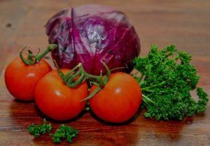 Овощи для салата из красной капусты