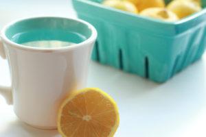 Фото лимона и стакана с водой