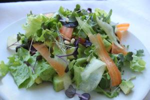 Салат из киноа, оливок и авокадо фото