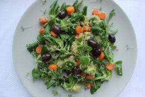 Фото салат из киноа, оливок и авокадо