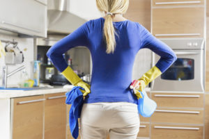 Женщина во время уборки